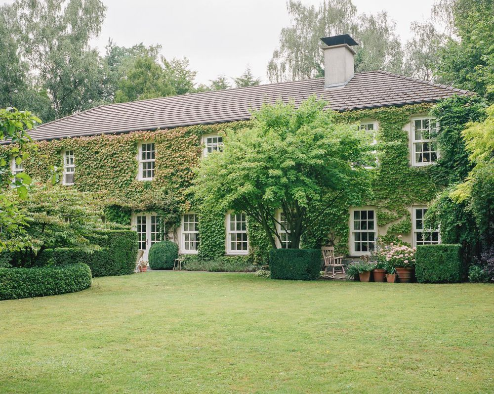 'THE BELGIAN ROSE GARDEN THAT INSPIRES TWO FASHION DESIGNERS.' A story about my mother's home, the home I grew up in and how it has always been a great inspiration. A house that shows my mother's undeniable talent for creating a warm and unique atmosphere.  'A view of the home's facade from the lawn, where the family often eats dinner together.' Photo by @evadonckers  For @tmagazine  Link in bio to read the article 🤍